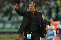 MEDELLIN - COLOMBIA, 21-07-2019: Hernan Torres técnico de Bucaramanga gesticula durante partido por la fecha 2 de la Liga Águila II 2019 entre Atlético Nacional y Atlético Bucaramanga jugado en el estadio Atanasio Girardot de la ciudad de Medellín. / Hernan Torres coach of Bucaramanga gestures during match for the date 2 as part of Aguila League II 2019 between Atletico Nacional and Atletico Bucaramanga played at Atanasio Girardot stadium in Medellín city. Photo: VizzorImage / Leon Monsalve / Cont