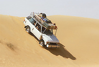 - northern Sudan, four wheels drive vehicle  travelling in the Libyan desert....- Sudan settentrionale, veicolo fuoristrada in viaggio nel deserto Libico