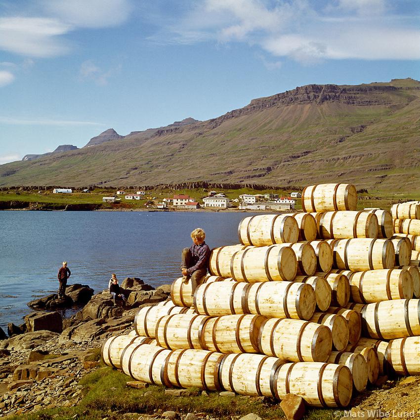 Breiðdalsvík, Breiðdalshreppur. Strákar við sildartunnur. /  Breiddalsvik, Breiddalshreppur. Herring barrels