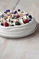 Pavlova à la Violette et aux fruits rouges - recette de Christian Constant  EXCLU: EDITION LIVRE CUISINE DU SUD-OUEST