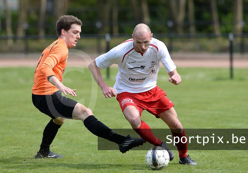 FC Meulebeke - VV Westkapelle : Tom Ternest aan de bal voor de tacklende Thomas Vuyts (links) <br /> foto VDB / BART VANDENBROUCKE