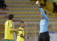 BOGOTÁ -COLOMBIA, 14-01-2015. Wilmar Roldan arbitro muestra la tajeta amarilla a Juan Galicia jugador del Real Cartagena durante el encuentro entre Cúcuta Deportivo y Real Cartagena por la fecha 1 de los cuadrangulares de ascenso Liga Aguila 2015 jugado en el estadio Metropolitano de Techo de la ciudad de Bogotá./ Wilmar Roldan referee shows the yellow card to Juan Galicia player of Real Cartagena during the match between Cucuta Deportivo y Real Cartagena for the first date of the promotional quadrangular Aguila League 2015 played at Metropolitano de Techo stadium in Bogotá city. Photo: VizzorImage/ Gabriel Aponte / Staff