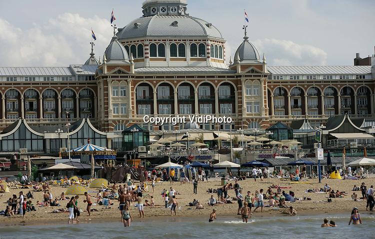 Foto: VidiPhoto..SCHEVENINGEN - Het strand van Scheveningen, met op de achtergrond het Kurhaus.