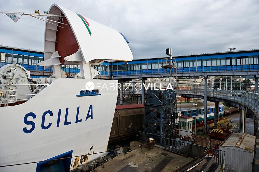 La nave traghetto Scilla della compagnia Bluvia, Ferrovie dello Stato, collega Villa San Giovanni con Messina trasportando passeggeri con auto al seguito e treni. Nella foto l'entrata dei vagoni dentro il traghetto.