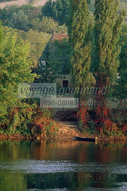 Europe/France/Aquitaine/24/Dordogne/Vallée de la Dordogne/Périgord Noir/La Roque-Gageac: Barque de pêche et ferme périgourdine sur les bords de la Dordogne