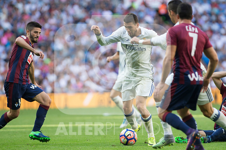 Real Madrid's Mateo Kovacic during the match of La Liga between Real Madrid and SD Eibar at Santiago Bernabeu Stadium in Madrid. October 02, 2016. (ALTERPHOTOS/Rodrigo Jimenez)