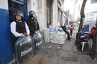 BUENOS AIRES, ARGENTINA, 08 DE MAIO DE 2012 - DESAPROPRIACAO EM BUENOS AIRES -  Cinquenta familias sao desalojadas durante reapropriacao na região central de Buenos Aires capital da Argentina. (FOTO: JUANI RONCORONI / BRAZIL PHOTO PRESS).