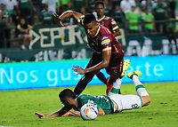 CALI - COLOMBIA - 24 - 09 - 2017: Daniel Giraldo (Izq.) jugador de Deportivo Cali disputa el balón con Fainer Torijano (Der.) jugador de Deportes Tolima, durante partido de la fecha 13 entre Deportivo Cali y Deportes Tolima, por la Liga Aguila II- 2017, jugado en el estadio Deportivo Cali (Palmaseca) de la ciudad de Cali. / Daniel Giraldo (L) player of Deportivo Cali vies for the ball with Fainer Torijano (R) player of Deportes Tolima, during a match of the date 13th between Deportivo Cali and Deportes Tolima, for the Liga Aguila II- 2017 at the Deportivo Cali (Palmaseca) stadium in Cali city. Photo: VizzorImage  / Nelson Rios / Cont.