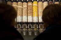 """Berlin, Besucher stehen am Samstag (13.09.2014) im neueroeffneten Supermarkt """"Original Unverpackt"""", im dem Lebensmittel und Haushaltsprodukte ohne Verpackungen verkauft werden vor Regalen mit Nahrungsmittelbehaeltern. Der Laden in der Wienerstrasse in Berlin Kreuzberg wurde ueber Crowdfunding finanziert. Foto: Steffi Loos/CommonLens"""