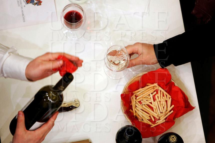Ultima giornata del Roma Wine Festival, 2 marzo 2008..A visitor takes a glass of wine at the Rome Wine Festival, 2 march 2008..UPDATE IMAGES PRESS/Riccardo De Luca