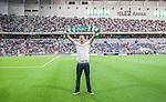 Stockholm 2014-07-28 Fotboll Superettan Hammarby IF - Assyriska FF :  <br /> Sk&aring;despelaren Joel Kinnaman med Hammarbys halsduk sjunger med Hammarbys supportrar i halvtid i matchen mellan Hammarby och Assyriskas <br /> (Foto: Kenta J&ouml;nsson) Nyckelord:  Superettan Tele2 Arena Hammarby HIF Bajen Assyriska AFF portr&auml;tt portrait glad gl&auml;dje lycka leende ler le