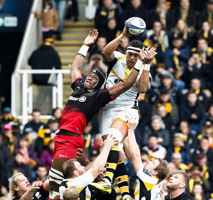 Wasps' Nathan Hughes claims the lineout from Saracens' Maro Itoje<br /> <br /> Photographer Simon King/CameraSport<br /> <br /> Rugby Union - European Rugby Champions Cup Semi Final - Saracens v Wasps - Saturday 23rd April 2016 - Madejski Stadium - Reading<br /> <br /> &copy; CameraSport - 43 Linden Ave. Countesthorpe. Leicester. England. LE8 5PG - Tel: +44 (0) 116 277 4147 - admin@camerasport.com - www.camerasport.com