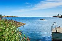 Vass och brygga vid hav och horisont på Utö i Stockholms skärgård