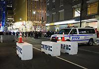 Sicherheitsbarriere und Polizei an den beliebten weihnachtlich geschmückten Stellen rund um das Rockefeller Center in New York - 08.12.2019: New York