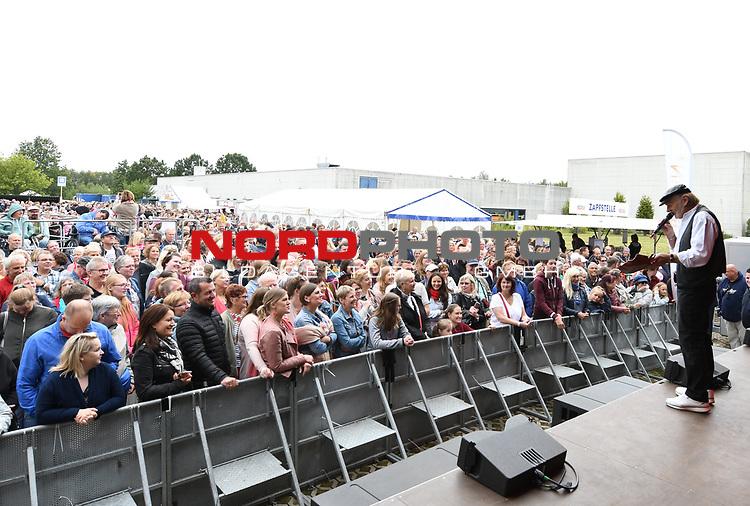 07.07.2019,  Lueneburg, Rote Rosen Fantag,  im Bild Claus Dieter Clausnitzer bei der Versteigerung der Requisiten mit den Blick auf die Fans im Hintergrund Foto © nordphoto / Witke