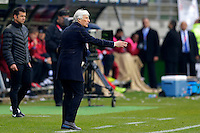 TEMUCO - CHILE – 21-04-2015: Jose Pekerman, técnico de Colombia, da instrucciones a los jugadores, durante partido Colombia y Peru, por la fase de grupos, Grupo C, de la Copa America Chile 2015, en el estadio German Becker en la Ciudad de Temuco  / Jose Pekerman, coach of Colombia, gives instructions to the players, during a match between Colombia and Peru for the group phase, Group C, of the Copa America Chile 2015, in the German Becker stadium in Temuco city. Photos: VizzorImage /  Photosport / Alejandro Zuñez / Cont.