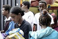Roma, 13 Giugno 2015<br /> Vi Tiburtina.<br /> Centinaia di migranti hanno trovato rifugio nel centro di accoglienza Baobab di Via Cupa e nelle vie limitrofe.<br /> Molti cittadini hanno portato aiuti alimentari e giochi per bambini