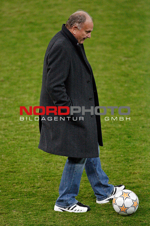 UEFA  Champions League  2007/2008 Gruppe C <br /> 6. Gruppenspiel -   Georgios Karaiskakis  - R&uuml;ckspiel<br /> Olympiakos Pir&auml;us (GRE) - Werder BREMEN (GER )<br /> Abschlu&szlig;training Werder Bremen<br /> <br /> J&uuml;rgen L. Born (Vorsitzender der Gesch&auml;ftsf&uuml;hrung und Gesch&auml;ftsf&uuml;hrer Finanzen und &Ouml;ffentlichkeitsarbeit) der neue St&uuml;rmer<br /> <br /> Foto &copy; nph (  nordphoto  )<br /> <br /> <br /> <br /> <br />  *** Local Caption ***