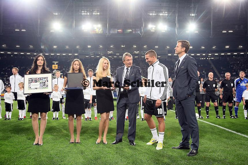 Teammanager Oliver Bierhoff, DFB-Generalsekretaer Wolfgang Niersbach mit Lukas Podolski (D) zu dessen 100. Laenderspiel