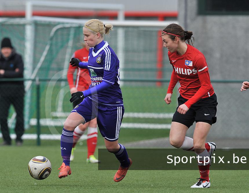 RSC Anderlecht Dames - PSV / FC Eindhoven : Stephanie Van Gils aan de bal voor Maran Van Erp.foto David Catry / Vrouwenteam.be