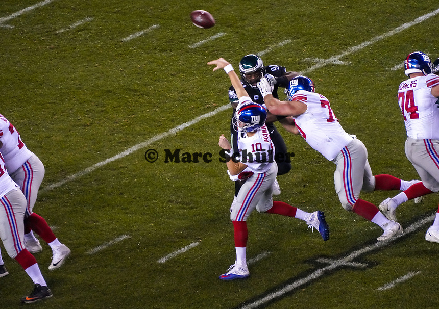 quarterback Eli Manning (10) of the New York Giants unter Druck von defensive tackle Fletcher Cox (91) of the Philadelphia Eagles - 09.12.2019: Philadelphia Eagles vs. New York Giants, Monday Night Football, Lincoln Financial Field