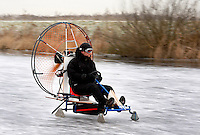Voertuig op het ijs wordt voortgedreven door een propellor