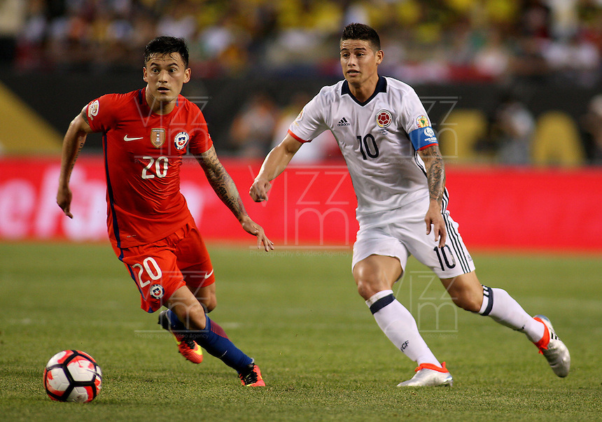 CHICAGO - UNITED STATES, 22-06-2016: James Rodriguez (Der) jugador de Colombia (COL) disputa el balón con Charles Aranguiz (Izq.) jugador de Chile (CHI) durante partido porla semifinal  entre Colombia (COL) y Chile (CHI)  por la Copa América Centenario USA 2016 jugado en el estadio Soldier Field en Chicago, USA.  / James Rodriguez (R) player of Colombia (COL) fights the ball with Charles Aranguiz  (L) player of Chile  (CHI) during a match for the quarter of finals between Colombia (COL) and Chile  (CHI) for the Copa América Centenario USA 2016 played at Soldier Field  stadium in Chicago, USA. Photo: VizzorImage/ Luis Alvarez /Cont.