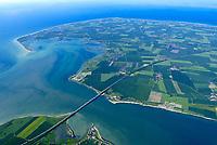 4415/Fehmarn:EUROPA, DEUTSCHLAND, SCHLESWIG- HOLSTEIN, 07.06.2005:  Die Fehmarnsundbruecke verbindet die Insel Fehmarn in der Ostsee mit dem Festland bei Großenbrode.<br /> Die 963 Meter lange kombinierte Straßen- und Eisenbahnbrücke ueberquert den 1.300 Meter breiten Fehmarnsund, hat eine lichte Hoehe von 23 Metern über dem Mittelwasser und wurde 1963 in Betrieb genommen. Zeitgleich wurde die Faehrlinie von Großenbrode-Kai nach Gedser durch die Faehrlinie Puttgarden-Rødby (Daenemark) ersetzt. Durch die Fehmarnsundbruecke und den gleichzeitig gebauten Faehrhafen Puttgarden auf Fehmarn wurde die durchschnittliche Reisezeit auf der so genannten Vogelfluglinie von Hamburg nach Kopenhagen deutlich verkuerzt. Ostsee, Meerenge, Vogelfluglinie, Bundesstrasse B207, Europastrasse E47, Verbindung nach Skandinavien, Insel, Wasser, Meer, West Fehmarn, <br /> Fehmarn (dänisch Femern) ist die drittgroesste der deutschen Ostseeinseln.<br />  Luftaufnahme, Luftbild,  Luftansicht