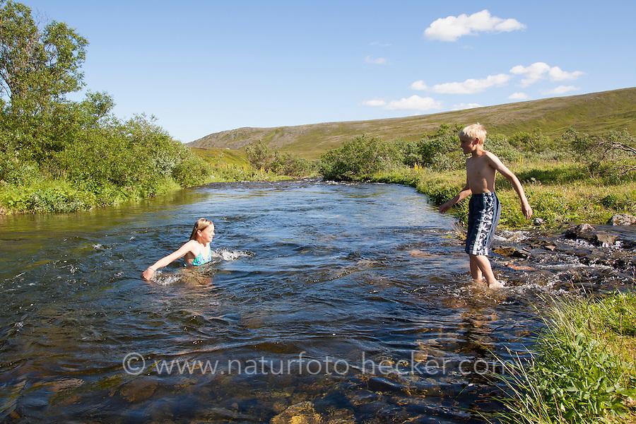 Kinder, Kind, Junge und Mädchen, Geschwister, Baden in einem Bach, schwimmen, Spaß, Toben, Erfrischung, Ferien. Bathing, swimming, bluster, fun, holiday, refreshment, stream, brook, creek
