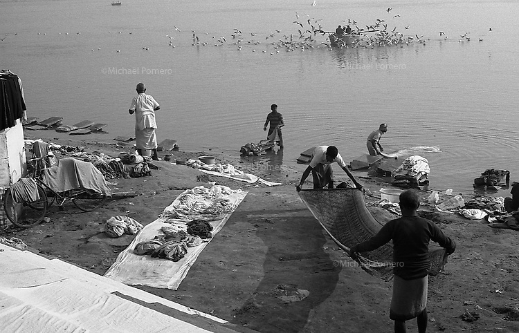 12.2010 Varanasi (Uttar Pradesh)<br /> <br /> Men washing clothes in Ganga river.<br /> <br /> Hommes en train de laver des vêtements dans le Gange.
