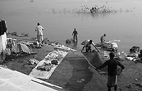 12.2010 Varanasi (Uttar Pradesh)<br /> <br /> Men washing clothes in Ganga river.<br /> <br /> Hommes en train de laver des vêtements dans le Gange.
