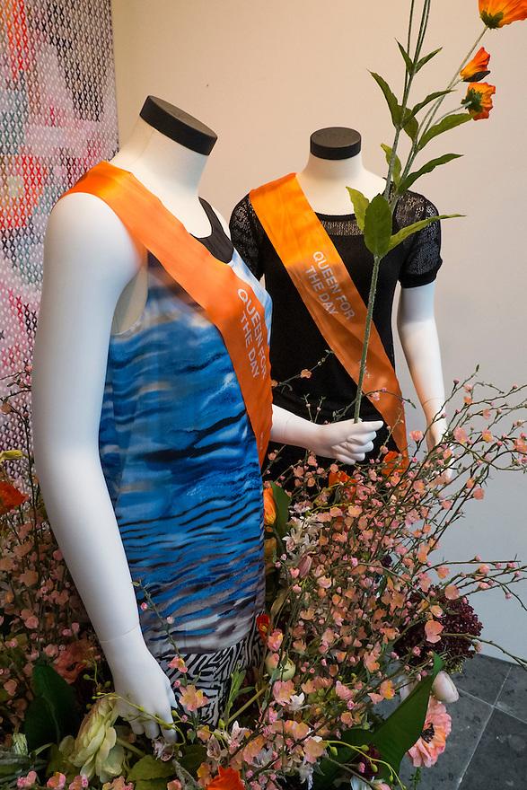 Nederland, Utrecht, 26 april 2013<br /> De middenstand probeert een graantje mee te pikken van komende kroning. In veel etalages is iets oranjegekleurds te zien. <br /> Foto(c): Michiel Wijnbergh