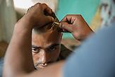 Dragos schneidet seinem Bekannten Bente die Haare. Dieser  legt aber viel Wert auf einen ausgefallenen Haarschnitt ist aber wie viele arbeitslos und h&auml;lt sich mit gelegentlichen Tagesjobs &uuml;ber Wasser <br /><br /> In Ocolna im S&uuml;den Rum&auml;niens tr&auml;umt Dragos von einem eigenen Friseursalon. Das vorwiegend von Roma bewohnte Dorf  ist arm, aber die Bewohner haben eine Initiative gegr&uuml;ndet um gegenzusteuern. Neben wichtigen Infrastrukturvorhaben ist auch Dragos Friseursalon ein Teil der Vorhaben um eine Verbesserung der derzeitigen Situation zu erreichen.