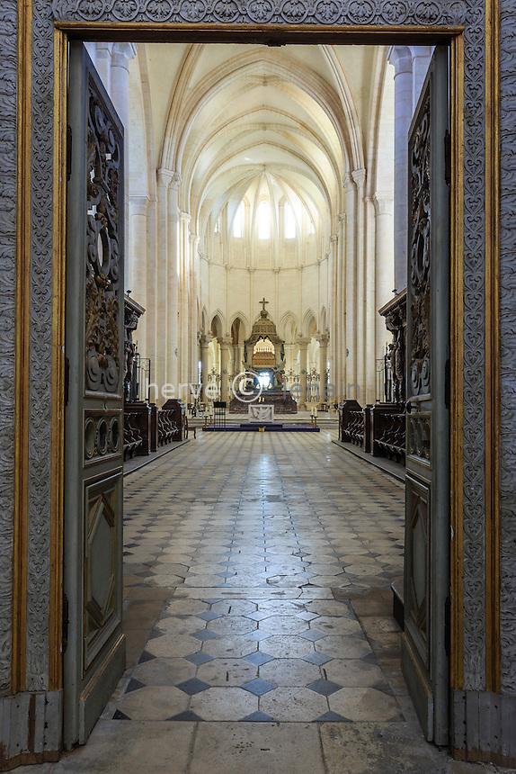 France, Yonne(89), Pontigny, abbaye cistercienne de Pontigny, église abbatiale, autel dans le choeur vu au travers de la clôture // France, Yonne, Pontigny, Cistercian abbey of Pontigny, the church