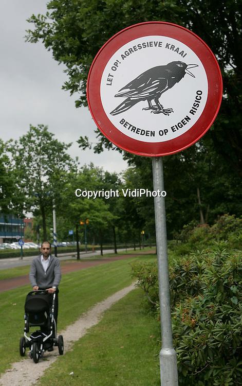Foto: VidiPhoto..VEENENDAAL - Nederland heeft er een nieuw verkeersbord bij. De gemeente Veenendaal waarschuwt bij het plantsoen tussen het Goeie Spoor en de Stationssingel met een officieel waarschuwingsbord tegen een agressieve kraai. Het dier valt de laatste weken steeds mensen aan die zich in het plantsoen ophouden.