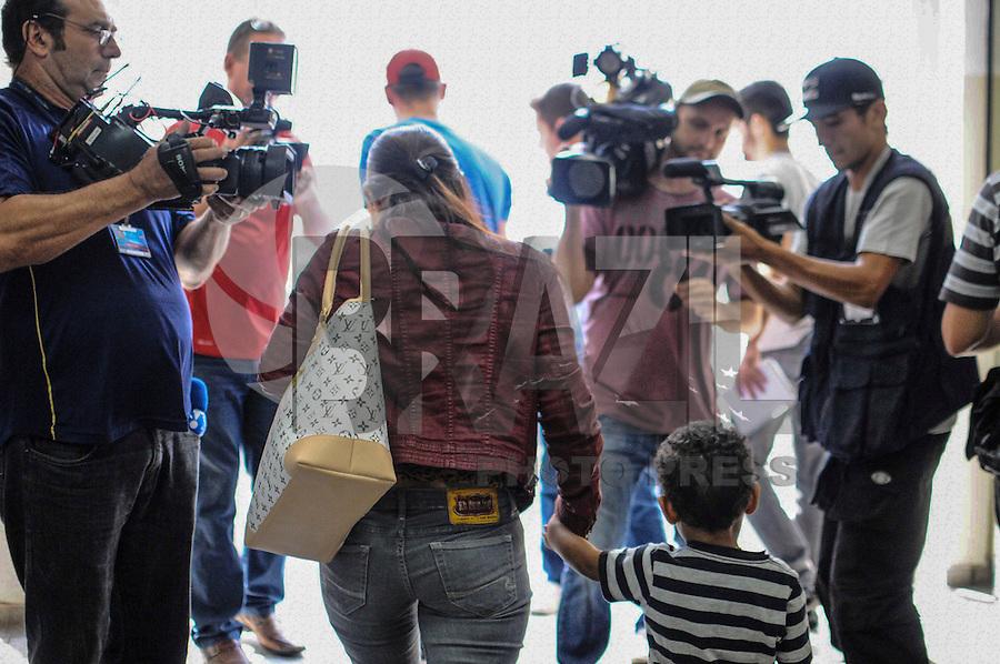 SAO CAETANO DO SUL, SP, 12 MARÇO 2013 - A esposa do jogador de futebol Jobson deixa a  delegacia após uma suposta agressão contra ela, em São Caetano, na Grande São Paulo, por volta das 2h30 desta terça-feira. (FOTO: ADRIANO LIMA / BRAZIL PHOTO PRESS).