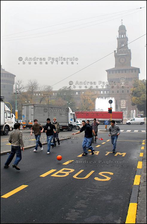 Italia, Milano..Giovani giocano a calcio dopo una manifestazione in Piazza Castello..© Andrea Pagliarulo