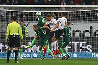 Philipp Bargfrede (SV Werder Bremen) klaert - 03.11.2017: Eintracht Frankfurt vs. SV Werder Bremen, Commerzbank Arena