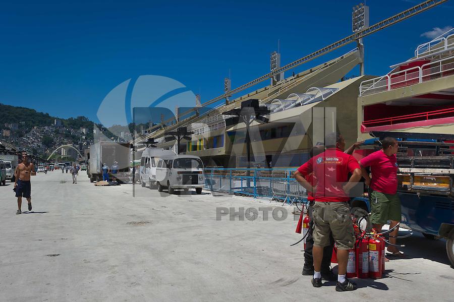 RIO DE JANEIRO, RJ, 15 DE FEVEREIRO DE 2012 - PREPARATIVOS CARNAVAL MARQUES DE SAPUCAI - Fase final das obras na Sapucaí - No Sambóromo do Rio de Janeiro, a poucos dias do carnaval, os operários aceleram os trabalhos para que tudo fique pronto a tempo. FOTO GLAICON EMRICH - BRAZIL PHOTO PRESS.