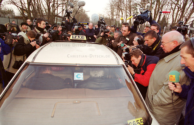Nach erfolglosen Widerspruechen vor den bundesdeutschen Gerichten musste der letzte Staatsratsvorsitzende und SED-Zentralkommitee-Vorsitzende, Egon Krenz, am 13. Januar 2000 in der berliner Justizvollzugsanstalt Hakenfelde seine secheinhalb jaehrige Haftstrafe antreten. Ein Widerspruch gegen die Haftstrafe ist noch vor dem europaeischen Menschengerichtshof anhaengig.<br /> Hier: Ueber hundert Journalisten warteten auf Egon Krenz.<br /> Berlin, 13.1.2000<br /> Copyright: Christian-Ditsch.de<br /> [Inhaltsveraendernde Manipulation des Fotos nur nach ausdruecklicher Genehmigung des Fotografen. Vereinbarungen ueber Abtretung von Persoenlichkeitsrechten/Model Release der abgebildeten Person/Personen liegen nicht vor. NO MODEL RELEASE! Nur fuer Redaktionelle Zwecke. Don't publish without copyright Christian-Ditsch.de, Veroeffentlichung nur mit Fotografennennung, sowie gegen Honorar, MwSt. und Beleg. Konto: I N G - D i B a, IBAN DE58500105175400192269, BIC INGDDEFFXXX, Kontakt: post@christian-ditsch.de<br /> Bei der Bearbeitung der Dateiinformationen darf die Urheberkennzeichnung in den EXIF- und  IPTC-Daten nicht entfernt werden, diese sind in digitalen Medien nach &sect;95c UrhG rechtlich gesch&uuml;tzt. Der Urhebervermerk wird gemaess &sect;13 UrhG verlangt.]