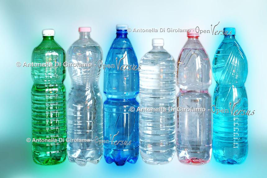 Cibi e bevande. Food and beverages. .Bottiglie di acqua minerale..Bottle of mineral water....