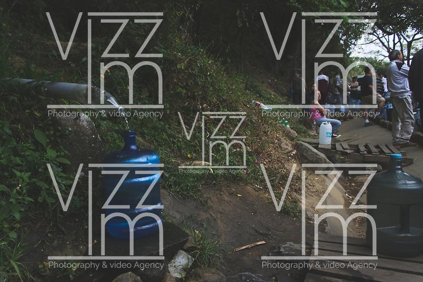 CARACAS - VENEZUELA, 11-03-2019:  En las tomas de agua de la Cota Mil personas hicieron cola desde las 4:00 a.m para poder cargar al menos un poco. Mientras que en Lomas del Ávila les tocó sacar agua de un pozo causado por la ruptura de un tubo en la zona durante el 4° día de apagón que afectó Caracas y 22 estados de Venezuela debido a un fallo en Guri (Estado de Bolívar), una de las mayores represas de generación de energía eléctrica en América Latina, solo superada por la de Itaipú (entre Brasil y Paraguay). / In the water intakes of the Cota Thousand people lined up from 4:00 a.m to be able to load at least a little. While in Lomas del Ávila they had to draw water from a well caused by the rupture of a pipe in the area during the 4th day of electricity power outage that affected Caracas and 22 states of Venezuela due to a failure in Guri (State of Bolívar), one of the largest electric power generation dams in Latin America, second only to that of Itaipú ( between Brazil and Paraguay). Photo: VizzorImage / Carolain Caraballo / Cont
