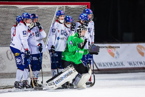Uppsala 2013-11-20 Bandy Elitserien IK Sirius - Edsbyns IF :  <br /> Edsbyn m&aring;lvakt Erik Persson r&auml;ddar ett skott p&aring; h&ouml;rna<br /> (Foto: Kenta J&ouml;nsson) Nyckelord: