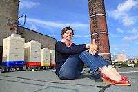 """Erica Mayr, jeune femme de 37 ans pose avec devant ses ruches installer sur une ancienne usine. Je suis originaire des alpes en Bavière mais j'aime Berlin pour son urbanisme, son architecture et sa vie culturelle. Les lieux décalés sont pour moi des lieux de libertés, des lieux de rêves ou l'imaginaire peut émerger comme dans les Ailes du désir de Win Wenders.///Erica Mayr, 37 years old, posing with her hives set up on a former factory. """"I'm originally from the Bavarian Alps but I love Berlin for its urbanism, its architecture and its cultural life. The offbeat places are for me places of freedom, of dreams, where the imaginary can emerge like in the """"Wings of Desire"""" by Wenders""""."""