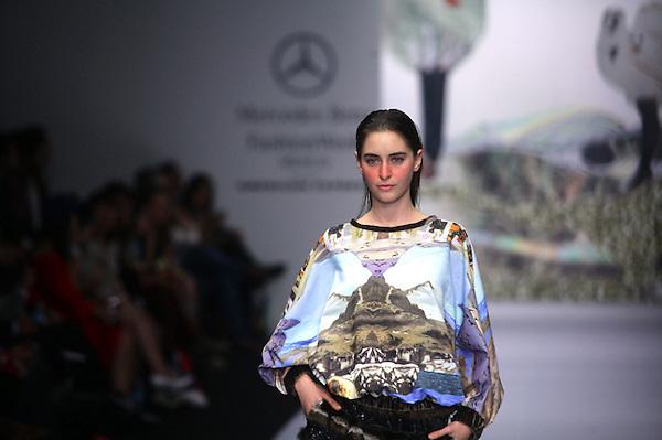 MEX046. CIUDAD DE MÉXICO (MÉXICO), 17/04/2013. Una modelo luce una prenda de la diseñadora Alejandra Quezada hoy, miércoles 17 de abril del 2013, durante el tercer día de la Semana de la Moda Mercedes-Benz Fashion presentando las colecciones Otoño/Ivierno 2013-2014, en la Carpa Santa Fe de Ciudad de México. EFE/Sáshenka Gutiérrez..