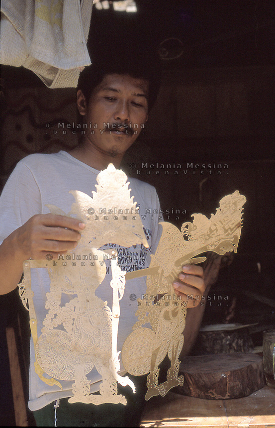 Indonesia, Java island; Yogyakarta:wayang kulit craftsman.<br /> Indonesia; Giava, Yogyakarta: artigiano  decora lavora con i wayang kulit
