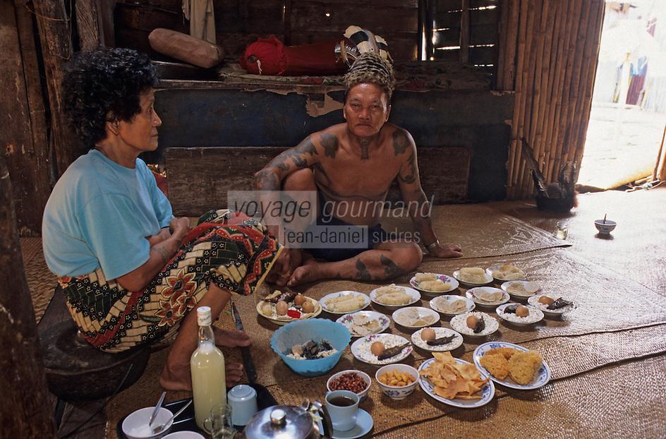 Asie/Malaisie/Bornéo/Sarawak: Chez les Dayak: Repas dans la longhouse