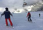 Foto: VidiPhoto<br /> <br /> MITTERSILL &ndash; In de Kitzb&uuml;heler Alpen heeft het in de nacht van zaterdag op zondag voor het eerst dit seizoen serieus gesneeuwd. Ook in de dalen is er zo&rsquo;n 10-15 cm. sneeuw gevallen en ook de komende dagen en nachten wordt er veel verse sneeuw verwacht. Veel winterporters maakten zondag dan ook gebruik van de pistes met verse sneeuw. Tot nog toe gingen veel skiliefhebbers naar de groene weiden, met opgespoten sneeuw. Vanaf nu helpt de natuur een handje. Dit seizoen gaat ongeveer 1 miljoen Nederlanders  op wintersport. De meeste vertrekken in de krokusvakantie.