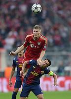 FUSSBALL  CHAMPIONS LEAGUE  HALBFINALE  HINSPIEL  2012/2013      FC Bayern Muenchen - FC Barcelona      23.04.2013 Xavi Hernandez (Barca) schultert Bastian Schweinsteiger (FC Bayern Muenchen)