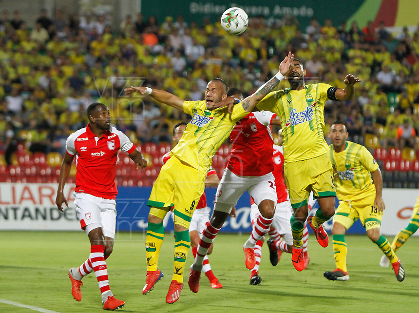 BUCARAMANGA - COLOMBIA, 07-04-2019: Roque Caballero y Gabriel Gomez del Bucaramanga disputan el balón con Carlos Henao de Santa Fe durante partido por la fecha 14 de la Liga Águila I 2019 entre Atlético Bucaramanga e Independiente Santa Fe jugado en el estadio Alfonso Lopez de la ciudad de Bucaramanga. / Roque Caballero and Gabriel Gomez of Bucaramanga fight for the ball with Carlos Henao of Santa Fe during match for the date 14 of the Liga Aguila I 2019 between Atletico Bucaramanga and Independiente Santa Fe played at the Alfonso Lopez stadium of Bucaramanga city. Photo: VizzorImage / Oscar Martinez / Cont